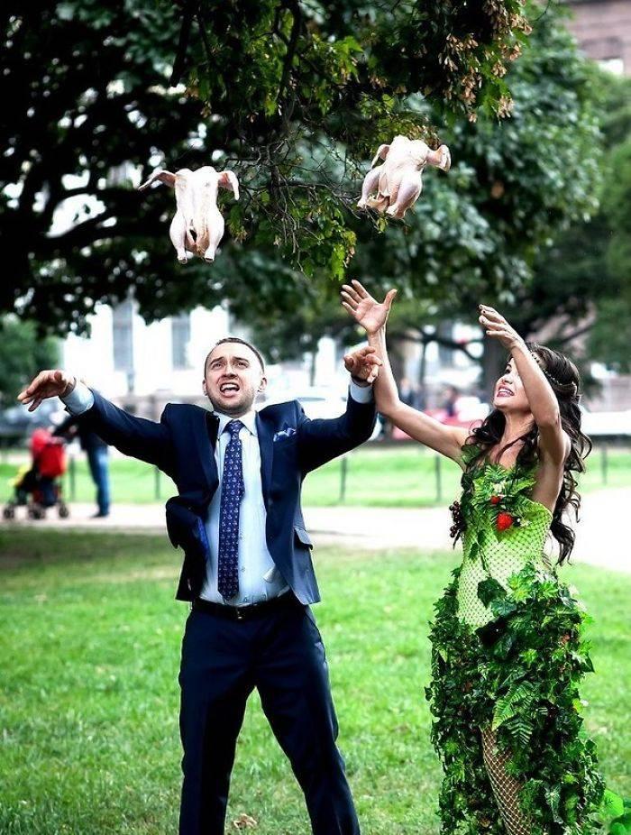 Mariée et le marié libérant des colombes de la paix sur leur journée spéciale