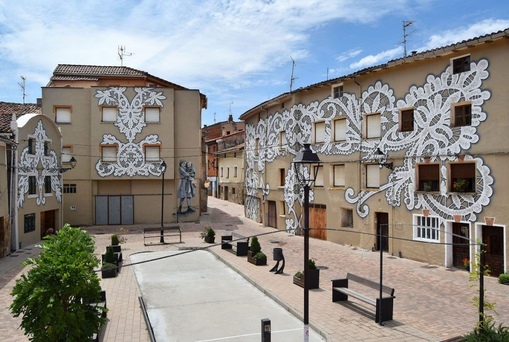 peintures murales célébrant les traditions locales