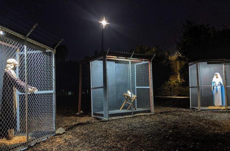 Sainte Famille séparée dans des cages