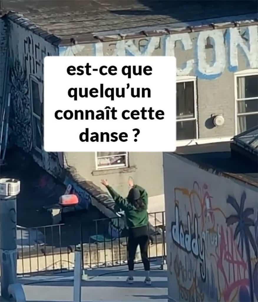 fille danser toit